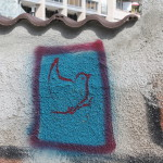 Roter Vogel auf blauem Grund